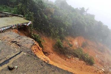 Sạt trượt đất nghiêm trọng trên tuyến đường độc đáo lên đỉnh Vườn quốc gia Bạch Mã (ảnh do Vườn QGBM cung cấp)