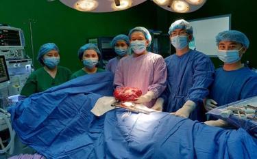 Các bác sĩ tham gia phẫu thuật bóc tách khối u lớn giúp bệnh nhân