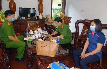 Bà Mai Thị Dần tại buổi khám xét nơi làm việc vào sáng 21/10.