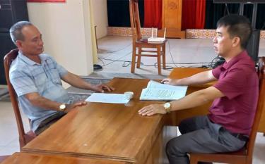 Cán bộ xã Thịnh Hưng tiếp nhận và xử lý đơn đề nghị của nhân dân.