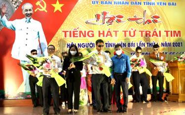 Ban tổ chức trao giải cho các thí sinh xuất sắc tại Hội thi.
