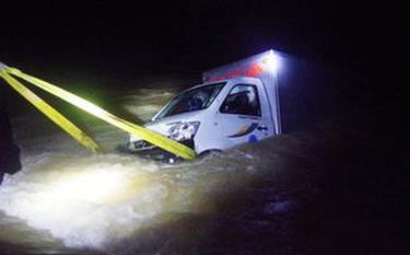 Ô tô tải đi qua cầu tràn ngập nước thì bị cuốn trôi, 2 người trên xe mất tích