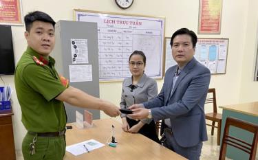 Vợ chồng anh Phan Thanh Hải và chị Nguyễn Thị Quỳnh giao nộp chiếc ví vừa nhặt được cho Công an phường Đồng Tâm, thành phố Yên Bái.