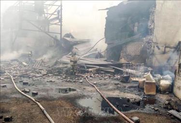 Lực lượng cứu hỏa dập lửa vụ cháy nhà máy thuốc nổ ở tỉnh Ryazan, Nga.