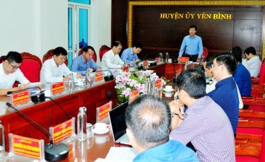 Đồng chí Ngô Hạnh Phúc - Phó Chủ tịch UBND tỉnh, Tổ trưởng tổ công tác số 2 của tỉnh phát biểu tại buổi làm việc với huyện Yên Bình.