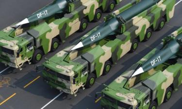 Các phương tiện quân sự chỏ tên lửa đạn đạo siêu thanh DF-17 có khả năng bay nhanh gấp 5 lần tốc độ âm thanh tại một cuộc diễu hành ở Bắc Kinh, Trung Quốc tháng 10/2019.