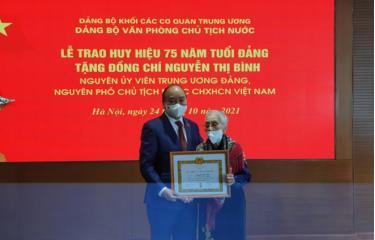 Huy hiệu 75 năm tuổi Đảng là sự ghi nhận đánh giá cao của Đảng, Nhà nước và nhân dân về những công lao đóng góp của đồng chí Nguyễn Thị Bình.