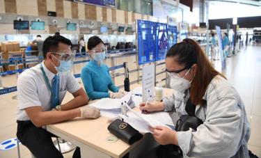 Hành khách khai báo vào bản cam kết phòng chống dịch Covid-19 tại sân bay.