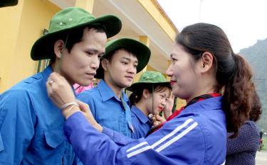 Bí thư Tỉnh đoàn Yên Bái trao mũ thanh niên tình nguyện cho đoàn viên thanh niên huyện Lục Yên.
