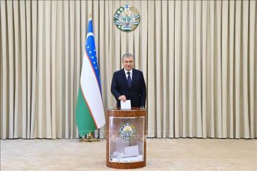 Tổng thống Uzbekistan Shavkat Mirziyoyev bỏ phiếu trong cuộc bầu cử Tổng thống tại điểm bầu cử ở Tashkent, Uzbekistan, ngày 24/10/2021.