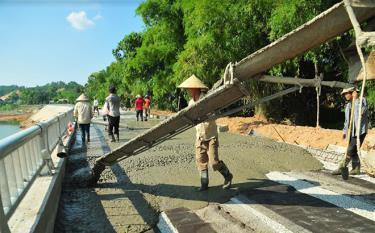 Các đơn vị thi công đẩy nhanh tiến độ dự án kè chống sạt lở sông Hồng đoạn qua khu vực đền Tuần Quán, thành phố Yên Bái.
