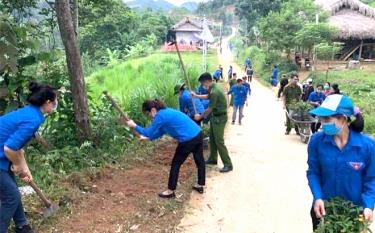 """Cán bộ, chiến sĩ Công an huyện Yên Bình cùng các đoàn viên thanh niên tham gia """"Ngày thứ Bảy cùng dân"""" tại xã Tân Nguyên."""