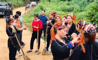 Chị Trần Thị Kiên (áo đỏ) tranh thủ trao đổi, chia sẻ kinh nghiệm phát triển kinh tế với chị em.