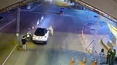 Phan Tấn Thương nhấn ga điều khiển chiếc ô tô phóng về phía trước khi một cán bộ cảnh sát giao thông đang đứng trước đầu xe.