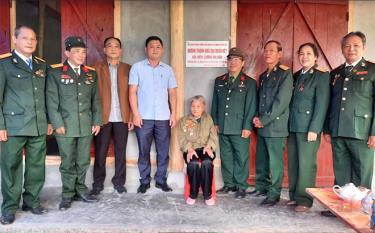Hội truyền thống Trường Sơn - Đường Hồ Chí Minh tỉnh Yên Bái trong ngày khánh thành, bàn giao nhà Đại đoàn kết cho bà Lương Thị Văn.