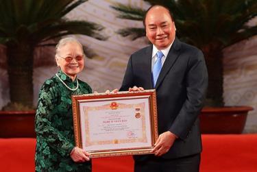 Thủ tướng Nguyễn Xuân Phúc trao tặng danh hiệu NSND cho nghệ sĩ Kim Đức. (Ảnh minh họa)