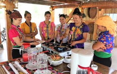 Mô hình phát triển du lịch cộng đồng homestay gắn với giữ gìn, phát huy bản sắc văn hóa dân tộc của hộ gia đình bà Hoàng Thị Loan (ngoài cùng, bên trái) ở bản Sà Rèn, xã Nghĩa Lợi cho hiệu quả thiết thực.