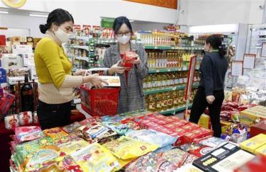 Người dân mua sắm tại một siêu thị ở Hà Nội.