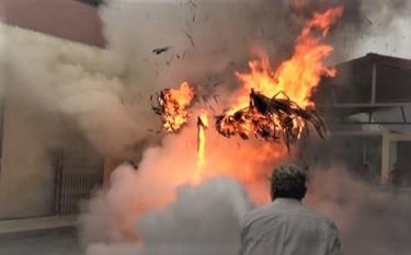 Tình huống được đưa ra là đám cháy phát sinh từ một kiot buôn bán vàng mã.