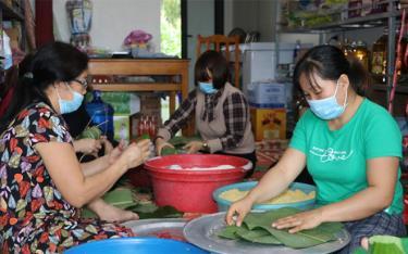 Các tình nguyện viên gói bánh chưng tặng người từ vùng dịch trở về.