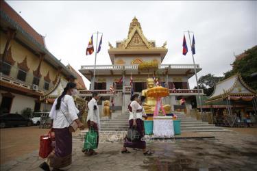 Người dân đeo khẩu trang phòng lây nhiễm COVID-19 tại Phnom Penh, Campuchia. Ảnh tư liệu