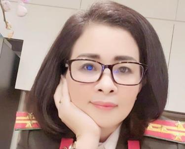 Bị can Lan đăng lên Facebook cá nhân ảnh mặc cảnh phục, đeo hàm đại tá công an - Ảnh: Công an cung cấp.