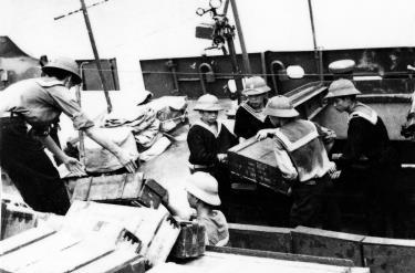 Cán bộ, chiến sĩ Đoàn 125 nhận hàng vận chuyển chi viện cho chiến trường miền Nam.