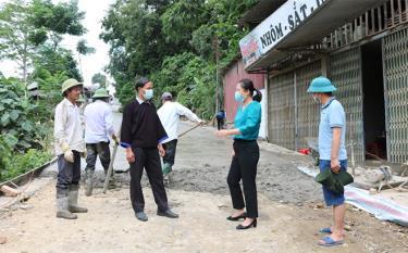 Bí thư Đảng ủy xã Nậm Có Sùng A Dê và Bí thư Đảng ủy xã Tú Lệ - Bùi Thị Doan trao đổi trong quá trình thi công đường.