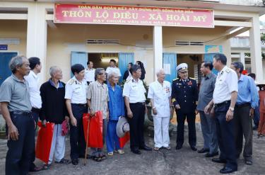 Anh hùng Hồ Đắc Thạnh (người đội mũ kê pi) kể chuyện Đường Hồ Chí Minh trên biển cùng các đại biểu tháng 12/2019.