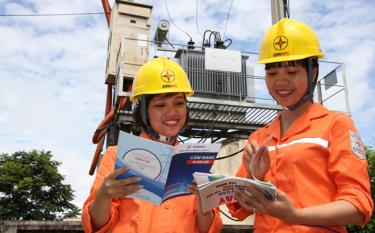 Female employees in Yen Bai's electricity industry pay heed to learning to enhance their professional knowledge, thus successfully completing assigned tasks.