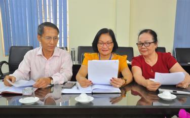 Đồng chí Trần Thị Thanh Hải - Phó Bí thư Thường trực Đảng ủy phường Minh Tân (giữa) và Bí thư Chi bộ Tổ dân phố số 2 và số 5 trao đổi công tác xây dựng chi bộ kiểu mẫu.