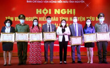 Vice Chairwoman of the provincial People's Committee Vu Thi Hien Hanh presented certificates of merit from the provincial People's Committee to five collectives and 5 individuals with outstanding achievements in the voluntary blood donation movement in 2021.