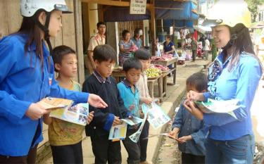 Children in Mu Cang Chai district access information about drug crimes.