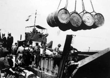 Chuyển hàng xuống tàu chi viện cho chiến trường miền Nam.