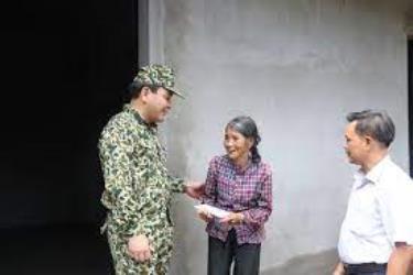 Đồng chí Trần Nhật Tân - Bí thư Huyện ủy Trấn Yên thăm và tặng quà hộ bà Hà Thị Man ở xã Hồng Ca. Ảnh: Thanh Tiến (Trung tâm TT&VH huyện Trấn Yên)