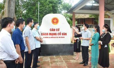 Các đồng chí lãnh đạo tỉnh, huyện Lục Yên cùng nhân dân tham quan Khu di tích lịch sử cách mạng Cổ Văn.