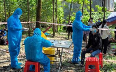 People returning from Ho Chi Minh City and southern provinces take rapid COVID-19 tests at medical quarantine station No.6 in Minh Quan commune, Tran Yen district.