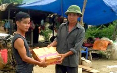 Ông Ngô Văn Minh mua mì tôm cứu trợ khẩn cấp bà con bị lũ cuốn trôi nhà cửa, tài sản trong trận lũ quét năm 2018. (Ảnh: Mai Linh)
