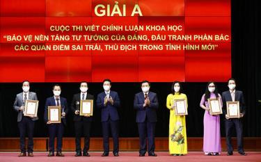 Ông Võ Văn Thưởng - Thường trực Ban Bí thư và ông Nguyễn Xuân Thắng - Giám đốc Học viện Chính trị Quốc gia Hồ Chí Minh trao giải A cho các tác giả đoạt giải.