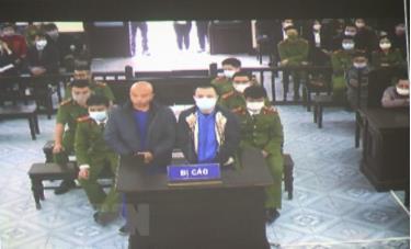 Các bị cáo Nguyễn Xuân Đường và Bùi Mạnh Tiến tại phiên tòa (ảnh chụp qua màn hình).