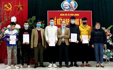 Lãnh đạo xã Sơn Lương trao quyết định kết nạp Đảng cho các đảng viên mới.