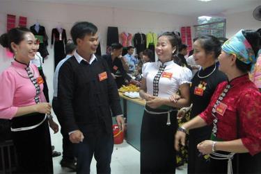 Các hội viên phụ nữ dân tộc thiểu số thị xã Nghĩa Lộ trao đổi kinh nghiệm trong công tác xã hội và phát triển kinh tế.