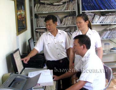 Cán bộ Phòng Thanh tra khiếu nại, tố cáo (Thanh tra tỉnh) trao đổi hồ sơ vụ việc khiếu nại, tố cáo năm 2015.