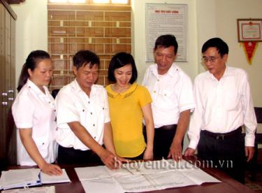 Cán bộ Phòng Thanh tra giải quyết khiếu nại, tố cáo (Thanh tra tỉnh) trao đổi nghiệp vụ. (Ảnh: Quỳnh Nga)