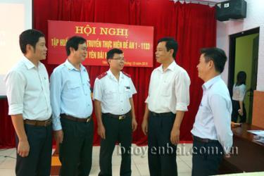Đồng chí Đỗ Việt Trung - Phó chánh Thanh tra tỉnh (thứ 2, phải sang) trao đổi với cán bộ làm công tác thanh tra ở các huyện, thị của tỉnh.