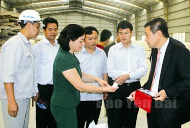 Đồng chí Bí thư Tỉnh uỷ, Chủ tịch UBND tỉnh Phạm Thị Thanh Trà trao đổi với các doanh nghiệp, nhà đầu tư về sản phẩm công nghiệp chế biến của tỉnh.
