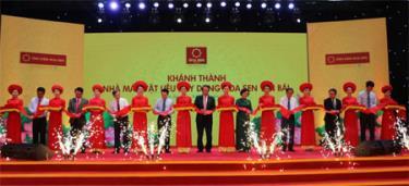 Các đồng chí lãnh đạo tỉnh và Tập đoàn Hoa Sen cắt băng khánh thành Nhà máy Vật liệu xây dựng Hoa Sen Yên Bái.
