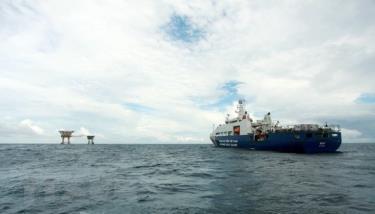 Tàu Cảnh sát biển 8001 (Bộ Tư lệnh Vùng Cảnh sát biển 3) làm nhiệm vụ tại khu vực nhà giàn DK1/15 thuộc cụm Phúc Nguyên.