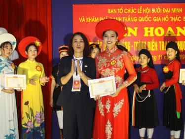 Ban tổ chức trao giải Nhất cho phần thi trình diễn trang phục các dân