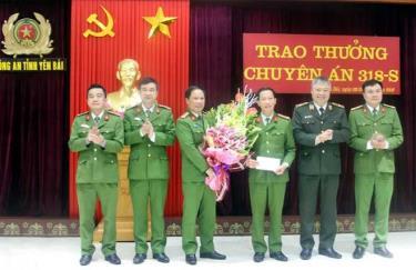 Thượng tá Phạm Song Tùng (thứ 3 từ phải sang) nhận quyết định khen thưởng của Giám đốc Công an tỉnh trong một chuyên án bắt giữ đối tượng ma túy.